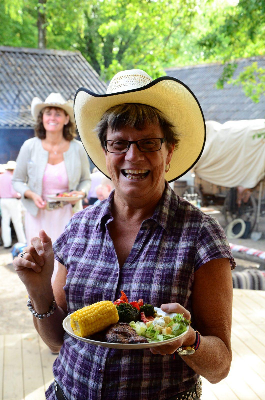 glad cowgirl med tallrik konferens